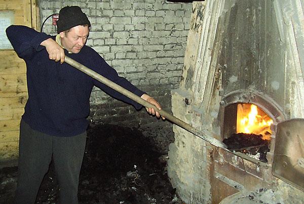 В школьной котельной угля достаточно, оборудование работает исправно и кочегар — на посту