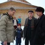 Цыганский барон Алексей Михай (в центре) обещает решить все проблемы