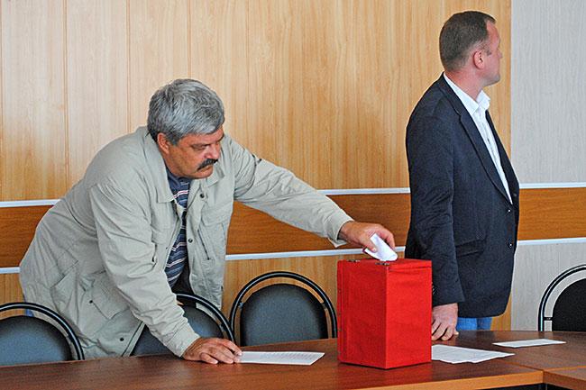 Процесс тайного голосования  во время выборов  заместителя председателя СНД города Александрова