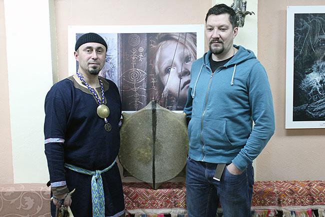 На презентации выставки, помимо ее автора (на фото справа), присутствовал шаман из Ростова Великого
