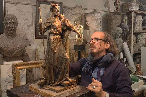 Скульптор Василий Селиванов с макетом памятника Ивану Грозному.