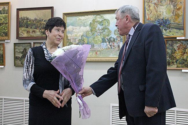 Директор АХМ Евгений Усанов вручил цветы супруге Игнатия Ростовского