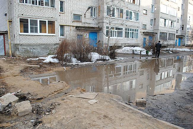 """В Александрове всё еще много таких дворов, в которых """"конь благоустройства"""" не валялся."""