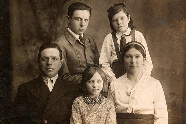 Довоенное фото семьи Спиридоновых.