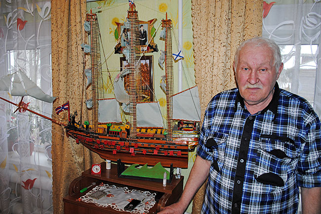 Василий Иванович Погодаев возле изготовленной им модели флагмана российского императорского флота «Двенадцать апостолов».