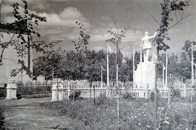 Сад имени Сталина у струнинского ДК. На постаменте - пока еще Сталин.