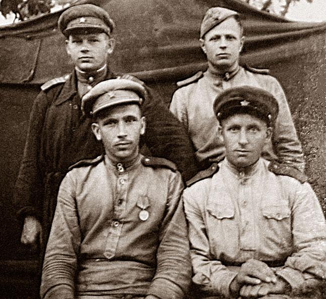 В нижнем ряду слева – Владимир Павлович Скляднев.