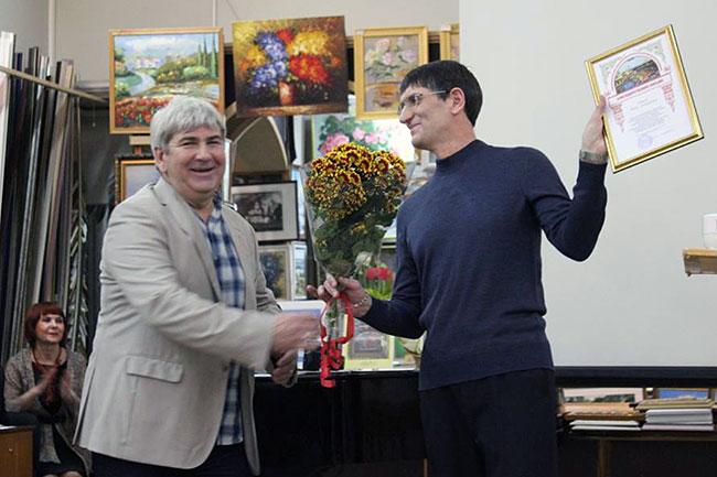 Игорь Черноглазов (слева) вручил Юрию Иватько поздравления от владимирского отделения Союза художников России.