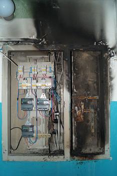 Электрощит на четвертом этаже после возгорания