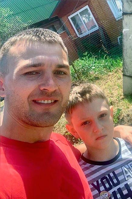 Максим Федотов и спасенный им мальчик.